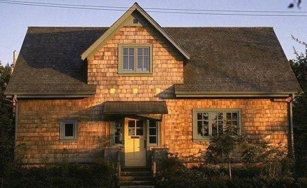 Деревянное строение с гонтовой крышей