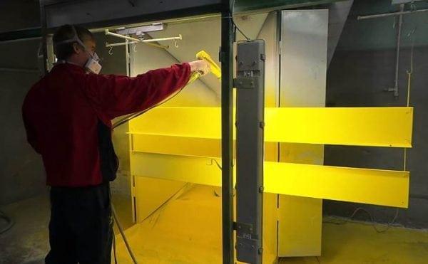 Процесс окрашивания поверхности порошковой краской