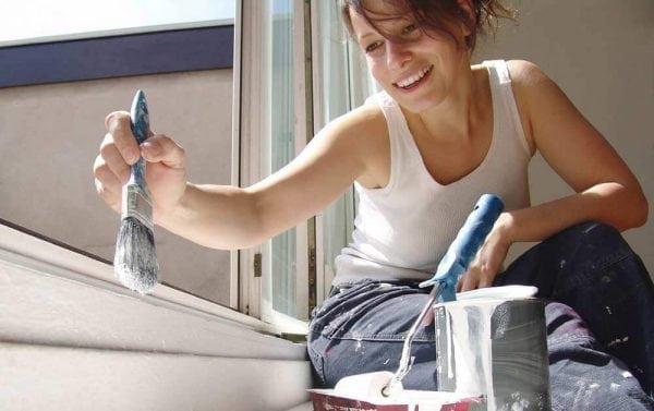 Процесс покраски подоконника