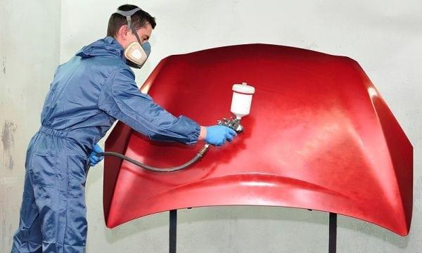Нанесение суриковой краски на металл пульверизатором