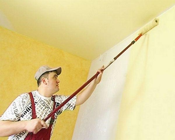 Покраска стены колером с помощью валика с ручкой