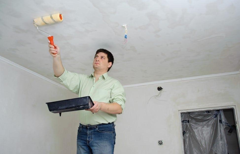 Удаление водоэмульсионной краски с потолка