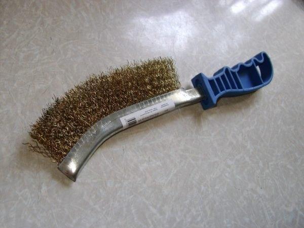 Металлическая щетка для очистки бака