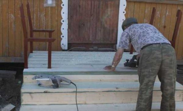 Подготовка деревянного крыльца к покраске