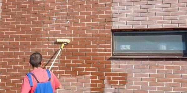 Нанесение лака на кирпичную стену валиком