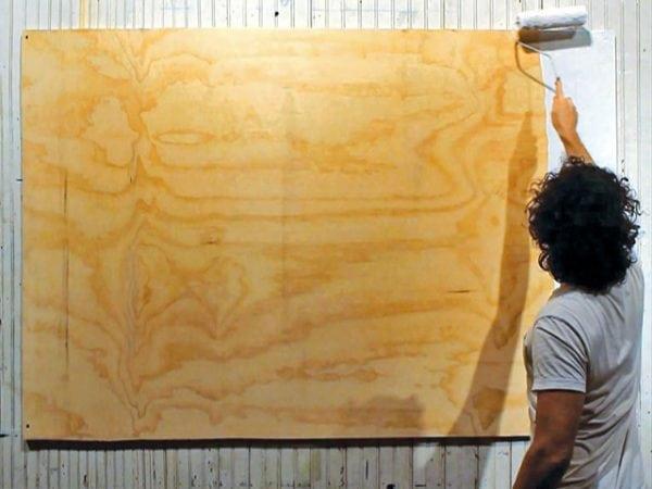 Окраска фанеры на стене валиком