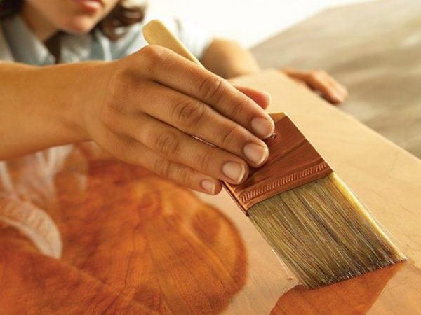 Покрытие фанеры олифой с помощью кисти