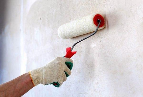 Нанесение грунтовки на стену валиком