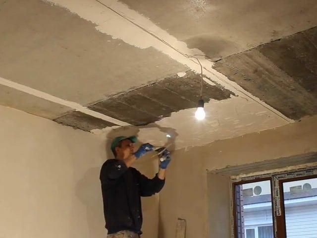 Выравнивание потолка с помощью шпаклевки