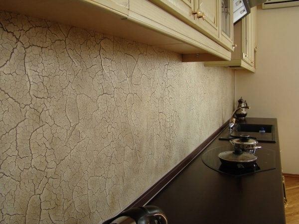 Стена с эффектом кракелюра в античном стиле на кухне