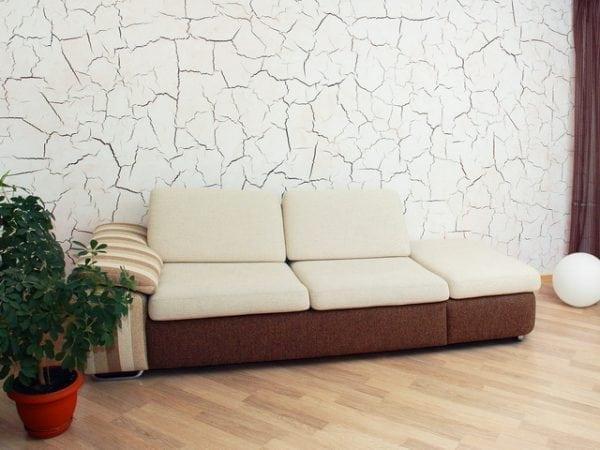 Краска с эффектом трещин в интерьере гостиной
