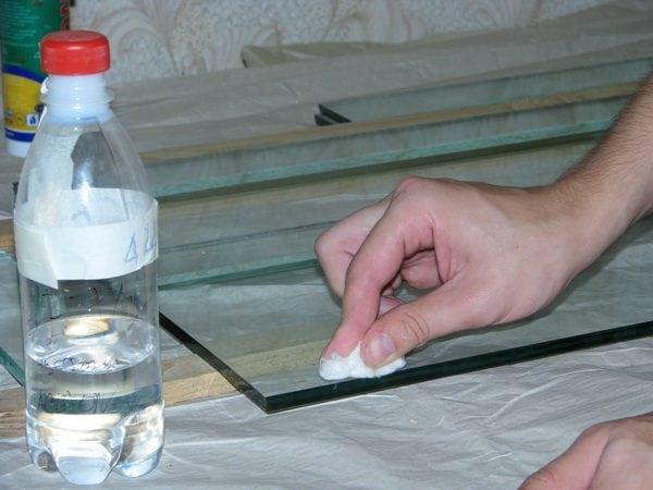 Для обезжиривания стекла подходят любые растворители