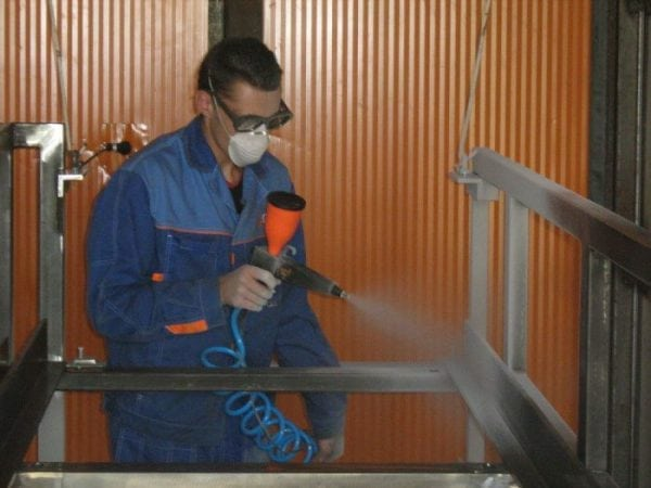 Нанесение эмали ЭП-140 с помощью пневматического распылителя