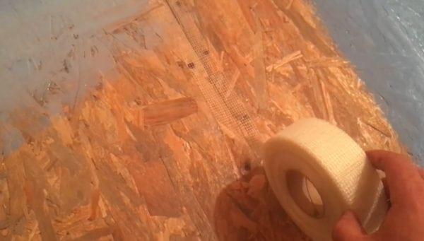 Оклеивание стыков стен серпянкой