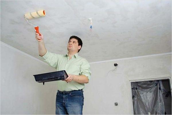Перед поклейкой плитки потолок необходимо загрунтовать