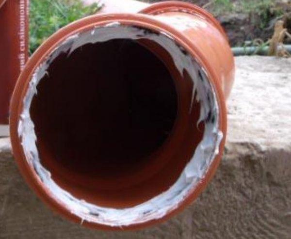 Использование жидкого пластика для уплотнения канализационных труб