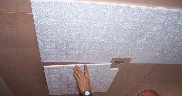 Наклеивать потолочную плитку нужно от центра комнаты