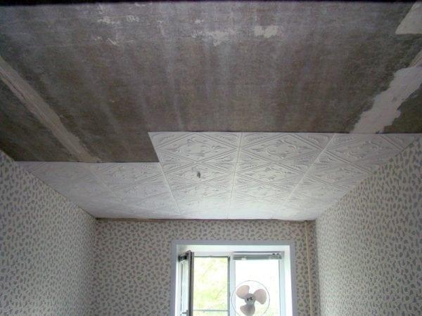 Приклека плитки на потолок