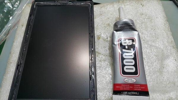 Использование В7000 для приклеивания экрана смартфона