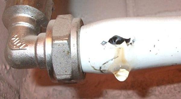 Место повреждения металлопластиковой трубы можно заклеить заплаткой
