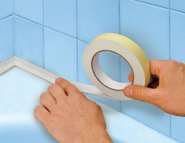 Наклейка самоклеящейся ленты для ванн