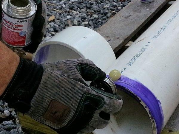 Чтобы не было непроклея нужно тщательно наносить состав на ПВХ-трубы