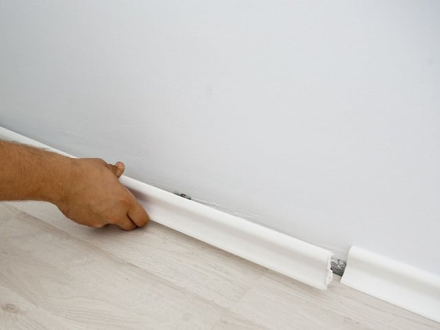 Установка потолочного плинтуса на клей