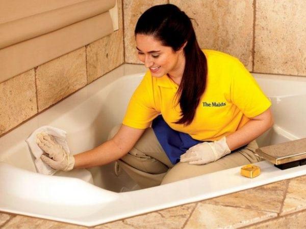 Очистка ванной от следов герметика