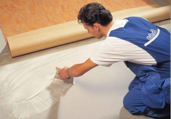 Рулонные напольные покрытия рекомендуется укладывать на клей