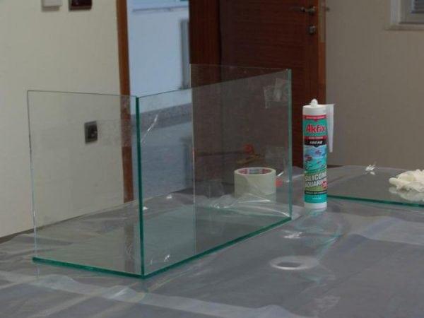 Водостойкий силиконовый клей может применяться для склеивания аквариума