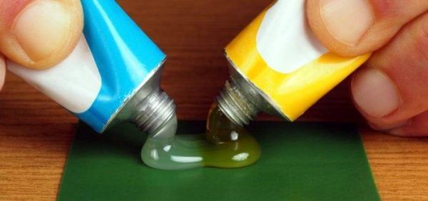 Полимеризация эпоксидной смолы происходит после контакта с отвердителем