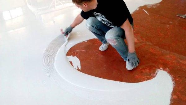 Технология нанесения эпоксидного покрытия на пол довольно трудоемкая