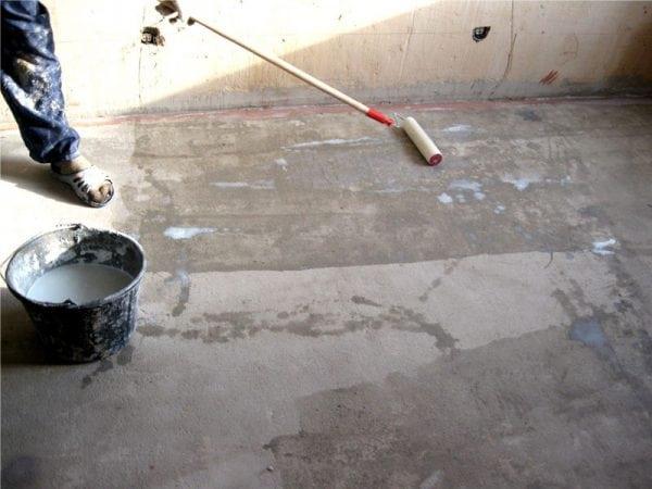 Грутование поверхности перед заливкой эпоксидного пола