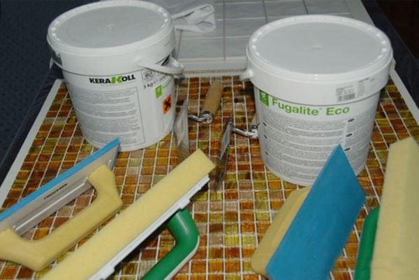 Инструменты и материалы для работы с эпоксидной затиркой