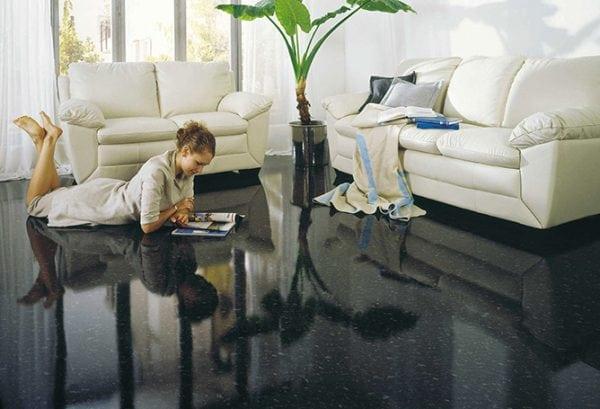 В жилых комнатах эпоксидное покрытие стоит применять при подогреве пола