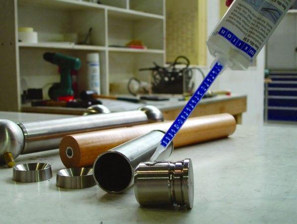 Для приклейки силикона к металлу нужен клей с высокой адгезией