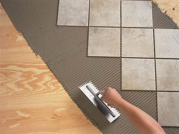Полиуретановый клей используется для укладки плитки на деревянное основание