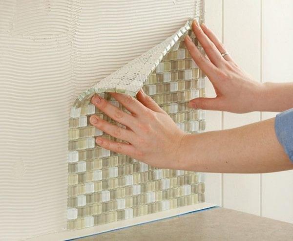 Просвечивающую мозаику следует укладывать на клей белого цвета