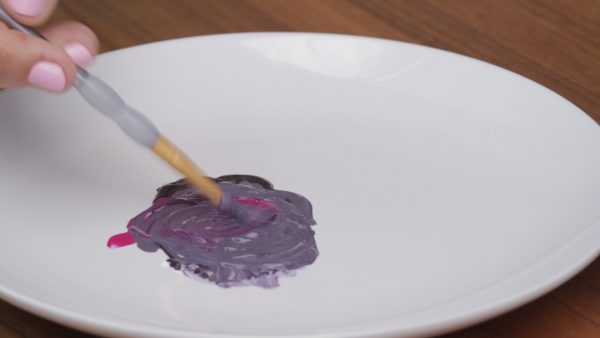 Фиолетовый цвет получают путем смешивания красной и синей красок