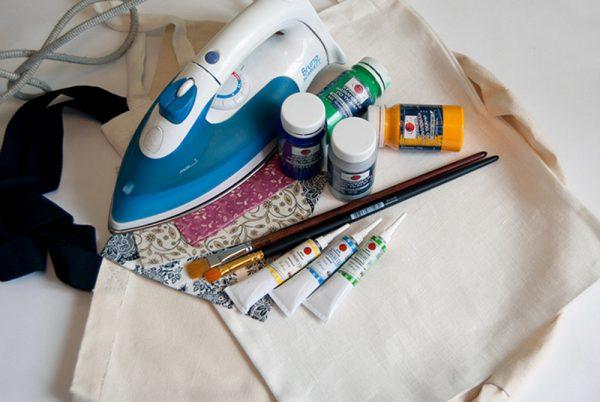 Для фиксации рисунка на ткани используется утюг