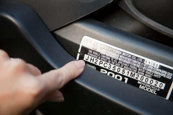 Номер цвета краски автомобиля указывается на специальной табличке