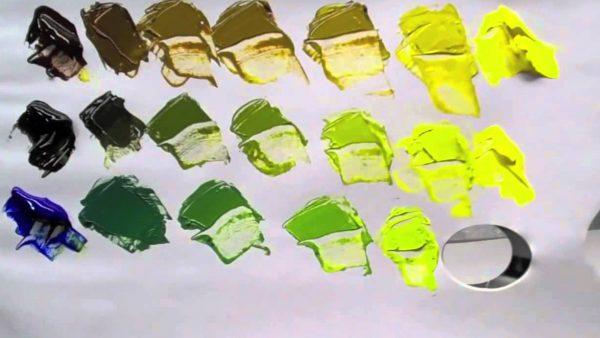 Смешение красок на палитре для получения зеленых тонов