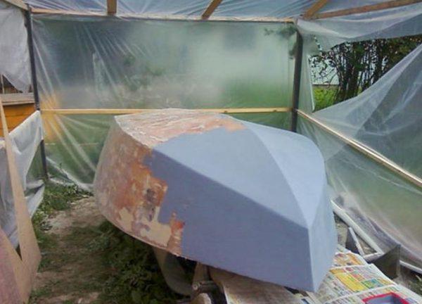 Нанесение грунта на корпус лодки