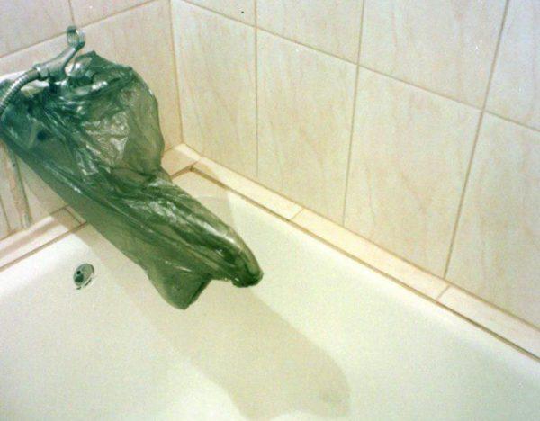 Перед покраской ванны следует обернуть краны и изливы полиэтиленовой пленкой
