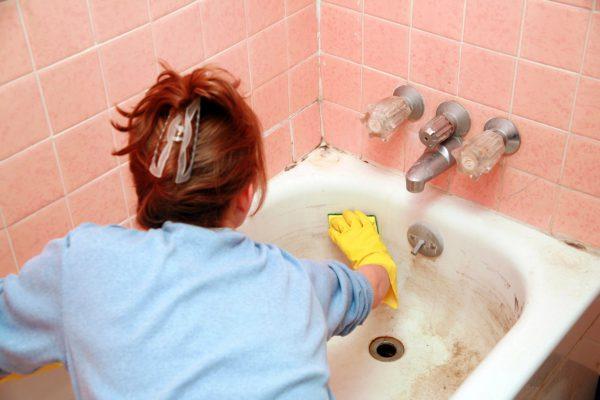Перед покраской ванну необходимо вымыть чистящим средством