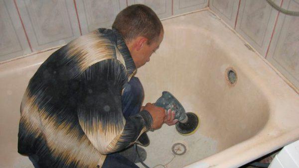 Обработка поверхности ванны абразивом