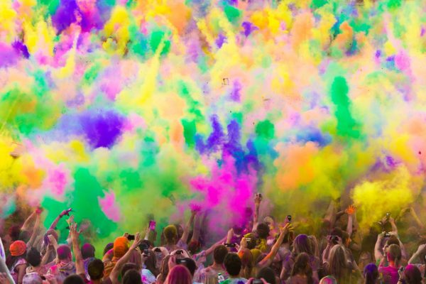 Краски Холи используются на массовых праздничных мероприятиях