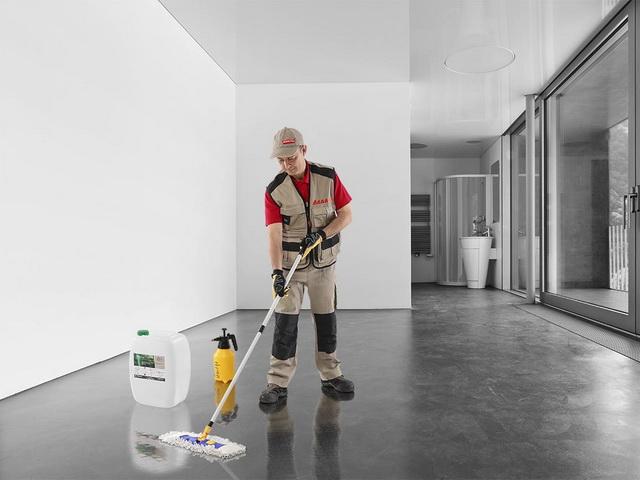 Чем обработать бетонный пол: обработка от пыли, чем покрыть, чтобы не пылил, пылит стяжка, что делать, чем пропитать, фото и видео