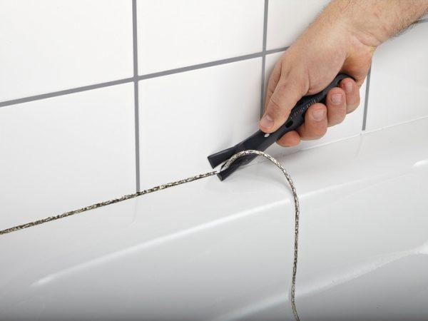 Удаление пораженной грибком затирки в ванной