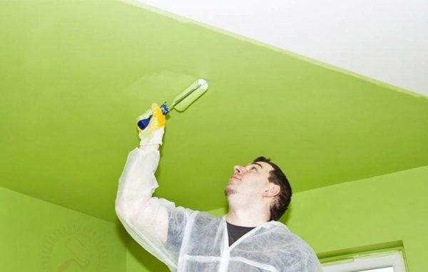 Покраска обоев на потолке своими руками